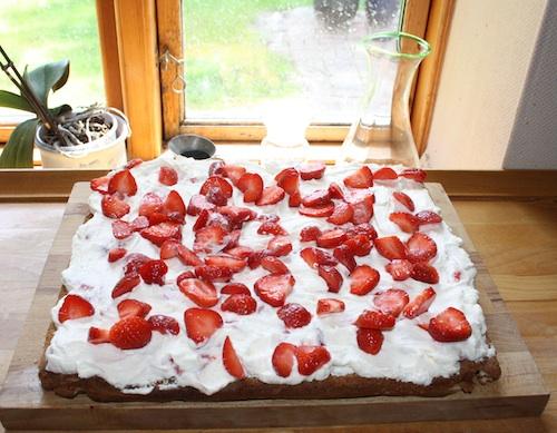 Nødde marengsbund med flødecreme og jordbær